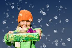 Enfant avec des cadeaux de Noël Photos libres de droits
