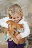 Enfant avec des chatons Photo stock