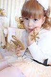 Enfant avec des décorations d'arbre de Noël Images stock