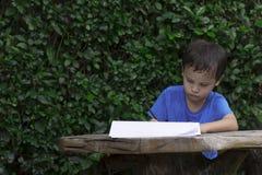 Enfant avec des devoirs images stock