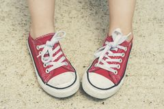 Enfant avec des espadrilles Image stock