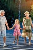 Enfant avec des grands-parents marchant dehors Photographie stock libre de droits
