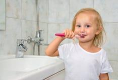 Enfant avec des lavages de brosse à dents Image stock
