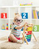 Enfant avec des lunettes jouant l'abaque Photos stock