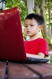 Enfant avec des ordinateurs portables Photos libres de droits