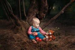 Enfant avec des pommes Photos libres de droits