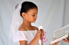 Enfant avec des programmes de bougie et de rosaire Images stock