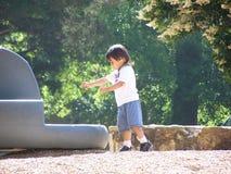 Enfant avec des roches Images stock