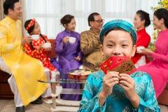 Enfant avec des salutations de nouvelle année photographie stock