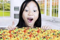 Enfant avec des sucreries dans la cuisine Images libres de droits