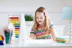 Enfant avec l'abaque faisant des devoirs apr?s ?cole photo stock