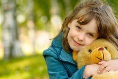 Enfant avec l'animal d'ours de jouet Photographie stock libre de droits