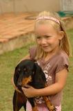 Enfant avec l'animal familier de crabot Photographie stock libre de droits