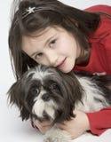 Enfant avec l'animal familier de crabot Images libres de droits