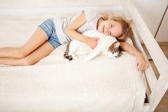 Enfant avec l'animal familier Fille Image stock