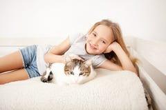 Enfant avec l'animal familier Fille Photographie stock libre de droits