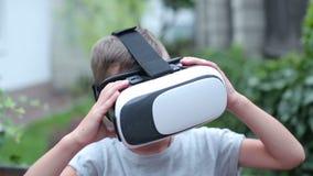 Enfant avec l'observation de casque de VR banque de vidéos