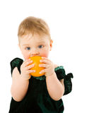 Enfant avec l'orange Photo stock