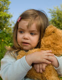 Enfant avec l'ours de jouet Photos libres de droits