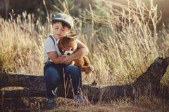 Enfant avec l'ours de nounours Photos libres de droits