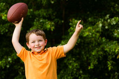 Enfant avec la célébration du football Photo stock