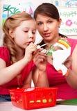 Enfant avec la colle de professeur dans la chambre de pièce. photographie stock libre de droits