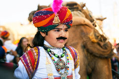 Enfant avec la faux moustache et costume de rajput Photographie stock