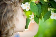 Enfant avec la fleur de jasmin Images stock