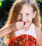 Enfant avec la fraise image libre de droits