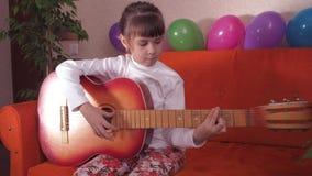 Enfant avec la guitare banque de vidéos