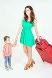 Enfant avec la mère prête à voyager à l'Europe, Italie Photo libre de droits