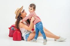 Enfant avec la mère prête à voyager à l'Europe, Italie Images stock