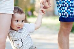Enfant avec la marche de maman et de papa Images libres de droits