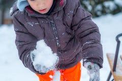 Enfant avec la neige photo stock