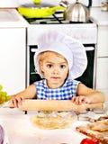 Enfant avec la pâte de roulement-goupille photos stock