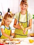 Enfant avec la pâte de roulement-goupille photo stock