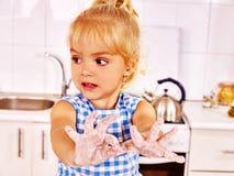 Enfant avec la pâte de roulement-goupille photos libres de droits