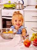 Enfant avec la pâte de roulement-goupille image stock