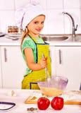 Enfant avec la pâte de roulement-goupille photo libre de droits