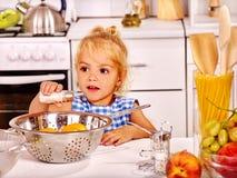 Enfant avec la pâte de roulement-goupille photographie stock libre de droits