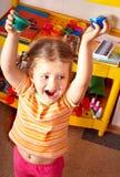 Enfant avec la peinture dans la chambre de pièce. Image libre de droits