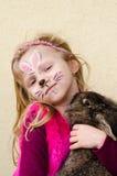 Enfant avec la peinture de visage et l'animal de lapin Photos stock