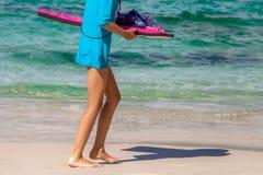 Enfant avec la planche de surf Photos stock