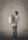 Enfant avec la poubelle de déchets Image libre de droits