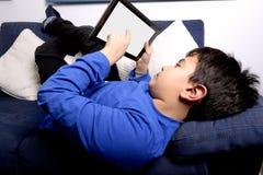 Enfant avec la Tablette générique Photo libre de droits