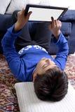 Enfant avec la Tablette générique Image stock