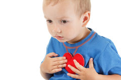 Enfant avec le blanc d'isolement par symbole de coeur Concept de l'amour et de la santé Photo libre de droits