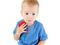 Enfant avec le blanc d'isolement par symbole de coeur Concept de l'amour et de la santé Photographie stock