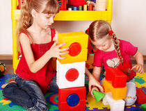 Enfant avec le bloc et construction dans la chambre de pièce. Photographie stock