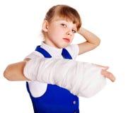 Enfant avec le bras cassé. images libres de droits